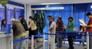 A antecipação de 50% do décimo terceiro salário aos beneficiários do INSS é feita desde 2006Antonio Cruz/Agência Brasil