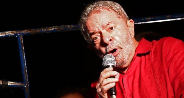 São Paulo - O ex-presidente Luiz Inácio Lula da Silva durante ato na Avenida Paulista contra o impeachment e a favor da democracia (Juca Varella/Agência Brasil)