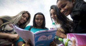 Estudantes observam prova do Exame Nacional do Ensino Médio (Enem) Arquivo/Marcelo Camargo/Agência Brasil